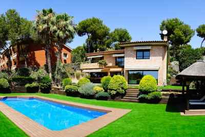 Modern house with a swimming pool only 20 km from Barcelona